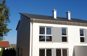 Blick auf die Terrasse zur Haushälfte Adlkofen